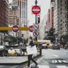 Calle con señales de circulación