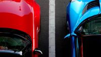 Dos coches aparcados