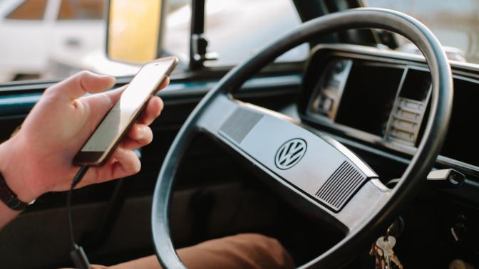 Teléfono móvil volante coche