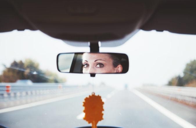 Conductora mirando por el espejo retrovisor