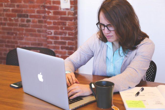 Empleada trabajando con un portátil
