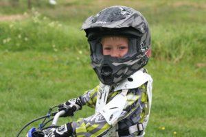 Niño con casco de moto