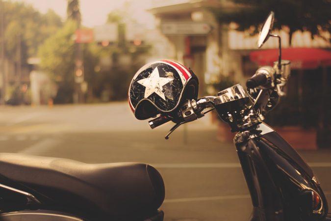 ¿Cuál es el origen de los cascos de moto?