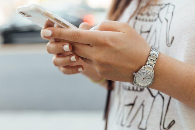 Chica joven mirando su móvil