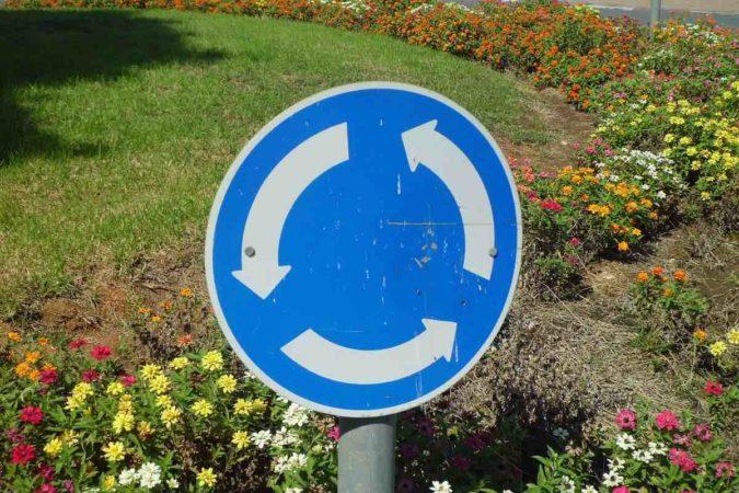 La DGT aclara dudas: así debes conducir en las glorietas pa…