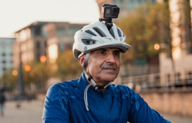 ¿Te pueden multar por llevar una cámara en el casco?